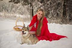 服装的女孩有狗的小红骑兜帽喜欢狼 库存照片