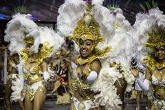 服装的桑巴舞蹈家在Carnaval 免版税图库摄影