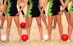 服装的舞蹈家与t的体操锻炼的 免版税库存照片