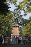 晴朗的夏日在城市公园 对彼得一世的纪念碑 免版税库存图片