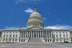 晴朗的多云天空背景的华盛顿国会大厦 免版税库存图片