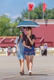 晴朗的天安门广场的年轻时兴的女孩,北京,中国 库存图片