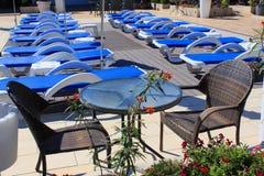 晴朗的室外sunbeds和露台家具 免版税库存照片