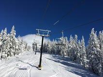 晴朗的山驾空滑车 库存照片