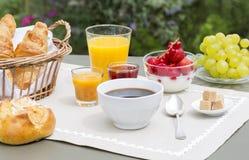 晴朗的早餐在庭院里 免版税库存图片