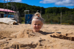 晴朗的海岸的小女孩 图库摄影