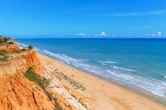 晴朗的海滩夏天海阿尔布费拉在葡萄牙 图库摄影