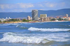 晴朗的海滩胜地视图 免版税库存照片