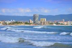 晴朗的海滩胜地视图 免版税图库摄影