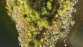 晴朗的湖海岛,上升的空中射击 股票视频