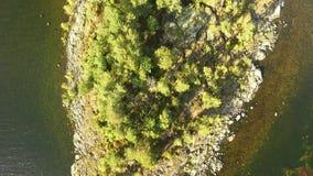 晴朗的湖海岛,下降的空中射击 影视素材