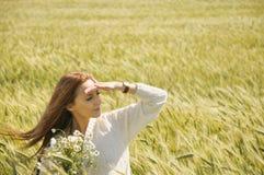 晴朗的秋天领域的美丽的可爱的妇女与束c 免版税图库摄影