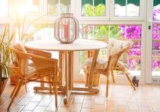 晴朗的空的夏天咖啡馆大阳台内部  库存图片