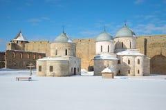 晴朗的3月下午的两古老东正教 Ivangorod堡垒 库存图片
