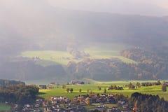 晴朗的10月天在奥地利 秋天在阿尔卑斯 库存照片