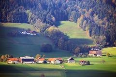 晴朗的10月天在奥地利 秋天在阿尔卑斯 免版税库存照片