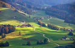晴朗的10月天在奥地利 秋天在阿尔卑斯 库存图片