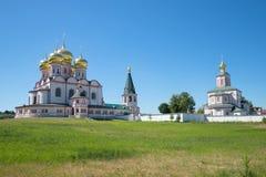 晴朗的7月天在Iversky Svyatogorsky修道院里 俄国 免版税库存照片