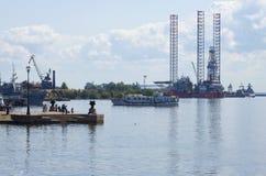 晴朗的7月天在Peetri港口 Kronstadt 图库摄影