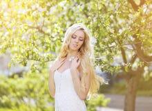 晴朗的画象相当白肤金发的女孩注视闭合享用 库存图片