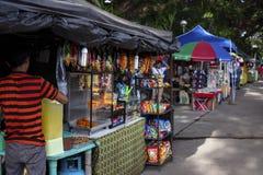 朗芒芽地,菲律宾- 2018年7月27日:在地方市场上的便宜的快餐商店卖主 卖商店的街道食物 免版税库存照片