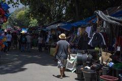 朗芒芽地,菲律宾- 2018年9月10日:街市和人走 与便宜的衣裳的土气摊位 库存图片