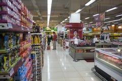 朗芒芽地,菲律宾- 2016年11月26日, :商城的食物超级市场 图库摄影