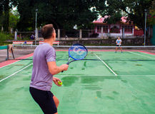朗芒芽地,菲律宾- 2017年5月13日, :打在村庄法院的两个人网球 网球员照片 库存照片