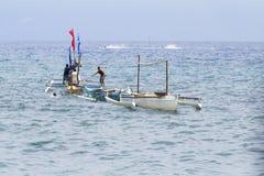 朗芒芽地,菲律宾- 2017年5月13日:与小船和地方水手的海风景 传统渔船在海 免版税库存图片