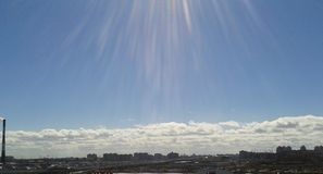 晴朗蓝色结算天数的天空 免版税库存照片