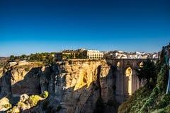 朗达,安大路西亚/西班牙- 2017年10月08日:在朗达和老石桥梁的看法 库存照片