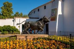 朗达,安大路西亚/西班牙- 2017年10月08日:黑黄牛雕塑 免版税库存图片
