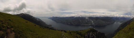 晴朗高加索日dombay山的全景 免版税库存照片