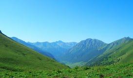 晴朗高加索日dombay山的sofrudzhu 免版税库存图片