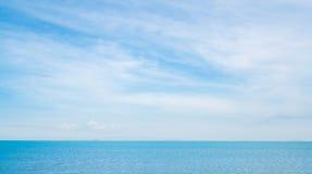 晴朗,多云天空背景的蓝色海 库存照片