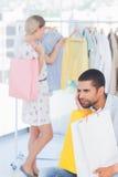 绝望人不耐烦,当他的妻子购物时 免版税图库摄影