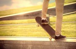 绝望人在skateboa做极端危险元素 免版税库存图片