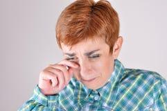 绝望和沮丧的哭泣的妇女 免版税库存照片