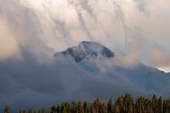 渴望在云彩盖的高峰 免版税库存图片