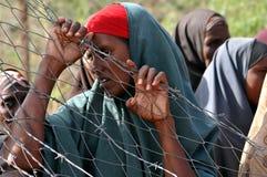 绝望地等待帮助的非洲妇女 图库摄影