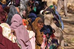 绝望地等待帮助的非洲妇女 免版税库存照片
