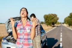 绝望妇女遭受的汽车故障 免版税库存图片