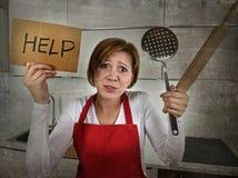 绝望无经验的家庭厨师妇女哭泣在重音绝望举行的滚针的和帮助签字 免版税图库摄影