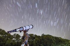 望远镜和星足迹 免版税库存图片
