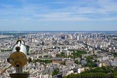 望远镜在白天的浏览器和城市地平线。 巴黎 免版税库存照片