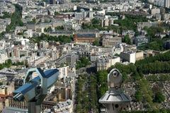 望远镜在白天的观察者和城市地平线。巴黎,法国。 免版税库存图片