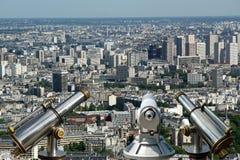望远镜在白天的观察者和城市地平线。巴黎,法国。 库存图片