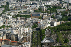 望远镜在白天的观察者和城市地平线。巴黎,法国。 免版税库存照片