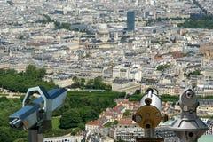 望远镜在白天的观察者和城市地平线。巴黎,法国。 库存照片