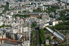 望远镜在白天的观察者和城市地平线。巴黎,法国 免版税图库摄影